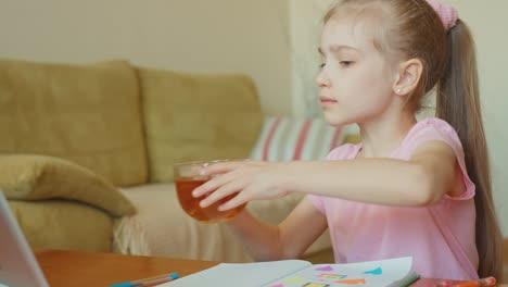 Süßes-Mädchen-7-Jahre-Alt-Das-Am-Tisch-Sitzt-Und-Tee-Trinkt