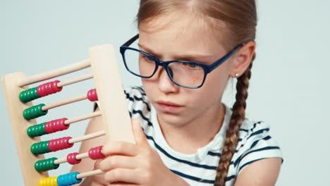 Extreme-Nahaufnahme-Porträt-Schulmädchen-7-8-Jahre-Alt-Mit-Abakus