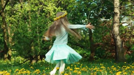 Mädchen-7-8-Jahre-Alt-Das-Sich-Auf-Der-Lichtung-Des-Löwenzahns-In-Den-Seifenblasen-Dreht