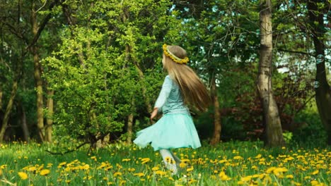 Mädchen-7-8-Jahre-Alt-Das-Sich-Auf-Der-Lichtung-Des-Löwenzahns-Dreht