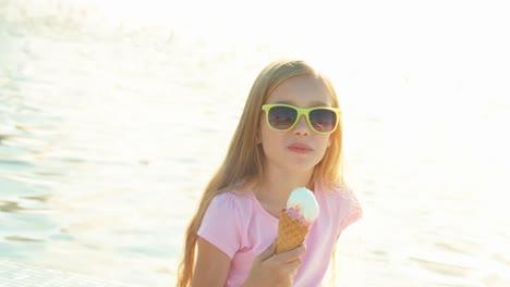 Niña-De-8-Años-Comiendo-Helado-En-El-Fondo-De-La-Fuente-En-Un-Día-Soleado