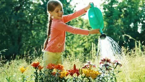 Mädchen-7-8-Jahre-Alt-Das-Eine-Gießkanne-Für-Blumen-Hält-Und-Blumen-Gießt
