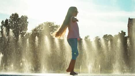 Mädchen-Das-Sich-Auf-Brunnenhintergrund-Dreht