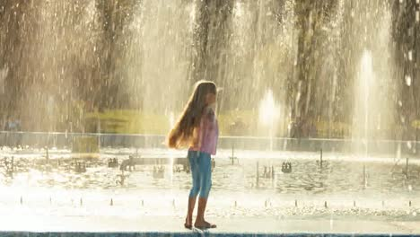 Mädchen-Das-Auf-Brunnenhintergrund-Wirbelt