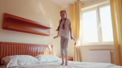 Chica-Bailando-En-La-Cama-En-Cámara-Lenta