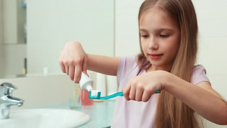 Girl-Holding-Toothpaste-And-Toothbrush-In-His-Hand-The-Niño-Is-7-Years-Old