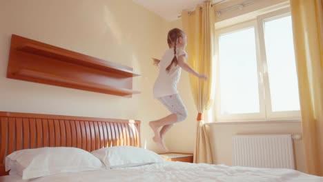 Mädchen-Springt-Auf-Das-Bett-Slowmotion
