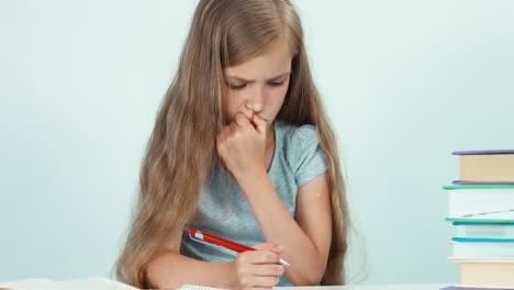 Niña-Escribiendo-En-Su-Cuaderno-Y-Se-Encoge-De-Hombros-1