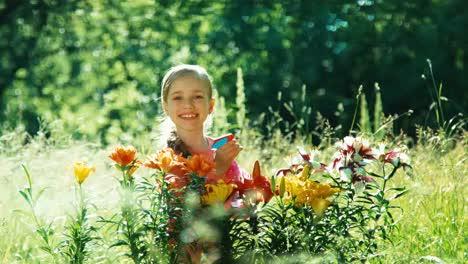 Niña-Flores-De-Rociadores-En-El-Jardín