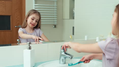 Girl-Standing-In-The-Bathroom-Before-The-Mirror-Niño-7-Years-Old-Brushing