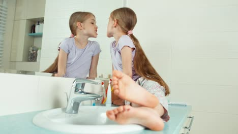 Mädchen-Das-Sich-Im-Badezimmer-Die-Zähne-Ansieht