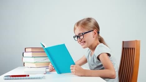 Colegiala-Feliz-7-8-Años-Leyendo-Su-Libro-Y-Leyendo-Con-Una-Sonrisa
