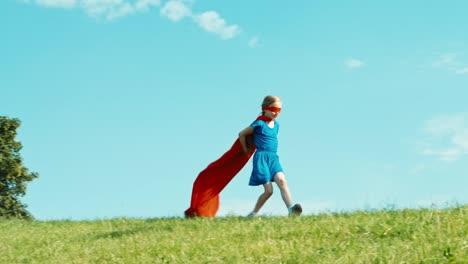 Feliz-Superhéroe-Niña-7-8-Años-Corriendo-Contra-El-Cielo-Azul