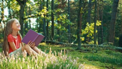 Niña-Excursionista-8-9-Años-Libro-De-Lectura-Infantil-Sentado-En-El-Césped-Y-Riendo