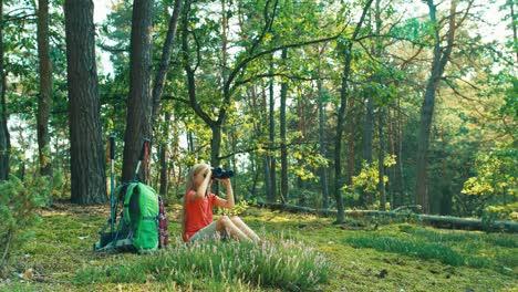 Wanderer-Mädchen-8-9-Jahre-Kind-Mit-Fernglas-Und-Blick-In-Die-Ferne-Im-Wald