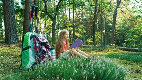 Niña-Excursionista-8-9-Años-Leyendo-Libro-Y-Cerrándolo-Sentado-En-La-Hierba