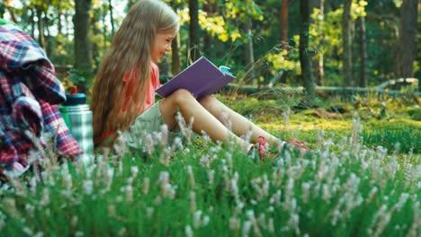 Niña-Excursionista-8-9-Años-Leyendo-Libro-En-El-Bosque-Y-Mirando-A-Cámara