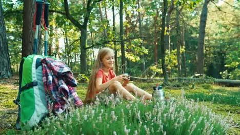 Niña-Excursionista-8-9-Años-Relajarse-Y-Beber-Té-Sentado-En-El-Césped