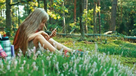 Niña-Excursionista-8-9-Años-Utilizando-El-Teléfono-Celular-En-El-Bosque