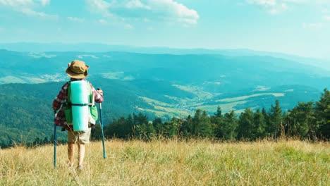 Wanderer-Mädchen-Kind-Den-Hügel-Hinunter-Auf-Bergen-Hintergrund-An-Der-Kamera
