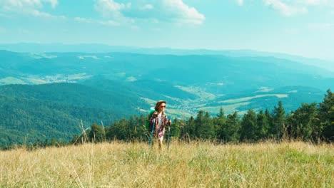 Wanderer-Mädchen-Kind-Den-Hügel-Hinauf-Auf-Berge-Hintergrund-In-Die-Kamera-Gehen-Und-Lächeln