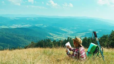 Kleines-Wanderer-Kind-Mädchen-7-8-Jahre-Mit-Touristischer-Karte-Und-Sitzend-Auf-Gras