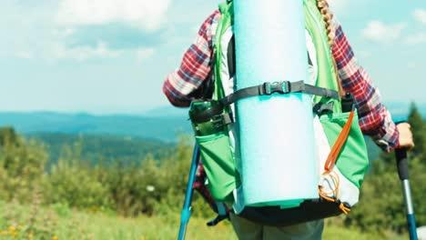 Kleines-Wanderermädchen-7-8-Jahre-Das-Auf-Berghintergrund-Den-Hügel-Hinuntergeht