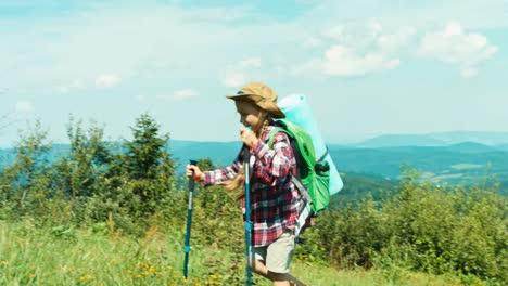Kleines-Wanderermädchen-Das-Den-Hügel-Hinauf-Auf-Bergehintergrundschwenken-Geht