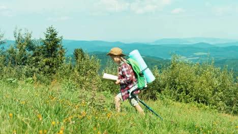 Kleines-Wanderermädchen-Das-Karte-Anschaut-Und-Auf-Berghintergrund-Auf-Den-Hügel-Geht