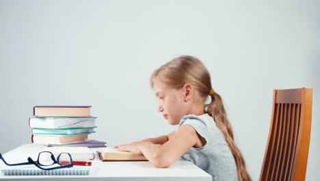 Niño-Cansado-Nervioso-No-Quiere-Leer-Un-Libro
