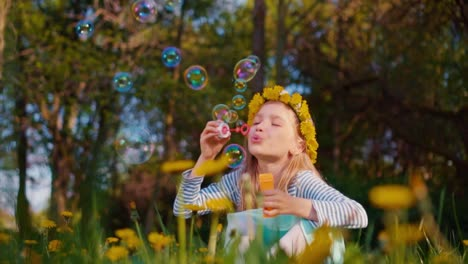 Porträt-Süßes-Mädchen-7-8-Jahre-Alt-Lächelnd-und-Seifenblasen-Im-Park-Bläst