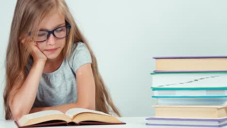 Porträt-Süße-Studentin-Mit-Langen-Blonden-Haaren-7-8-Jahre-In-Brille-Suchen
