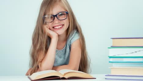 Porträt-Süßes-Studentenmädchen-Mit-Langen-Haaren-7-8-Jahre-In-Brillenlesebuch