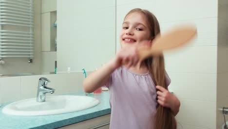 Retrato-Niña-De-7-Años-Acicalarse-Ante-El-Espejo-En-El-Baño-