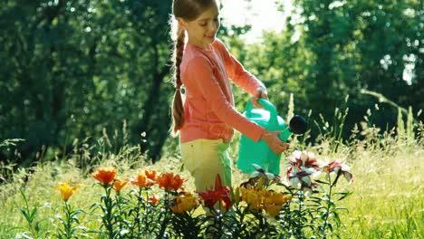 Porträtmädchen-7-8-Jahre-Alt-Das-Eine-Gießkanne-Hält-Und-Blumen-Gießt