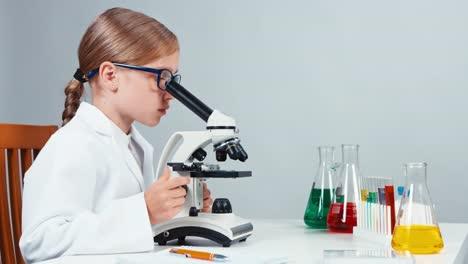 Retrato-En-Perfil-Joven-Químico-7-8-Años-Usando-Microscopio-Y-Sonriendo