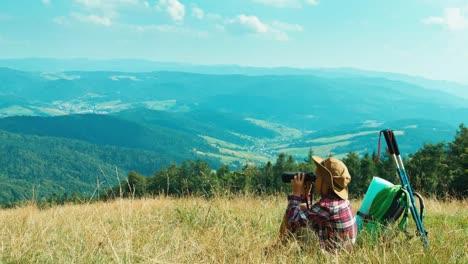 Porträt-Kleines-Wanderermädchen-7-8-Jahre-Mit-Fernglas-Und-Sitzend-Auf-Gras