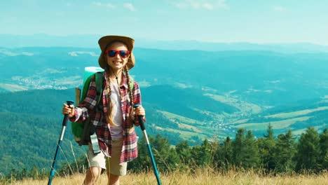 Porträt-Kleines-Wanderermädchen-Das-Den-Hügel-Hinauf-Auf-Berghintergrund-An-Der-Kamera-Geht