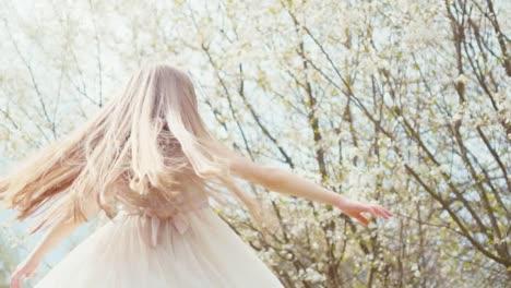 Porträtprinzessin-Die-Sich-In-Einem-Weißen-Kleid-In-Einem-Kleid-Auf-Einem-Blühenden-Hintergrund-Dreht