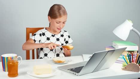 Niña-De-La-Escuela-De-Retratos-7-8-Años-Haciendo-Sandwich-Con-Mantequilla