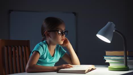 Portrait-Schulmädchen-7-8-Jahre-Liest-Ein-Buch-Und-Schläft-Dann-Ein