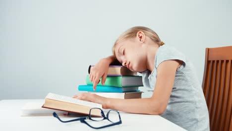 Retrato-Niña-De-La-Escuela-7-8-Años-Durmiendo-En-La-Pila-De-Libro-Aislado-En-Blanco