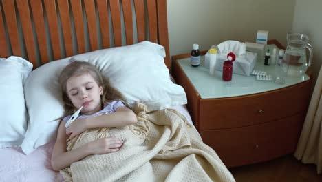 Retrato-Niña-Enferma-De-7-Años-Acostada-En-Una-Cama-Y-Mide-La-Temperatura-01