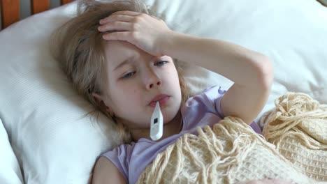 Retrato-Niña-Enferma-De-7-Años-Acostada-En-Una-Cama-Con-Vista-Superior-Del-Termómetro