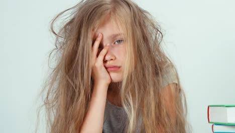Portrait-Müde-Trauriges-Mädchen-7-8-Jahre-Alt-Will-Nicht-Lernen-Und-Buch-Lesen-Reading