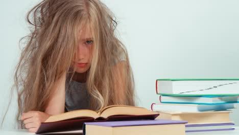 Retrato-Cansado-Triste-Estudiante-Niña-7-8-Años-No-Quiere-Estudiar-Y-Leer
