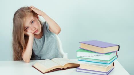 Retrato-Chica-Estudiante-Cansada-Mirando-A-La-Cámara