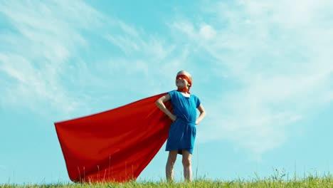 Mädchen-Gibt-Vor-Ein-Superheld-Zu-Sein-Der-Die-Welt-Beschützt-2
