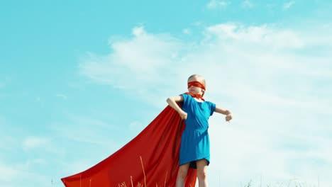 Chica-Finge-Ser-Un-Superhéroe-Que-Protege-El-Mundo-3