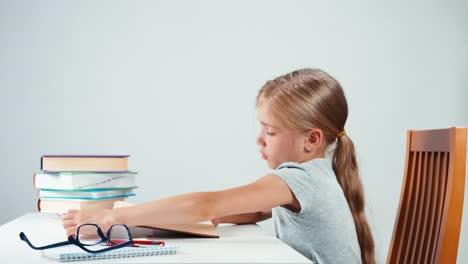 Retrato-De-Perfil-Niña-Estudiante-Durmiendo-En-El-Libro-En-La-Mesa